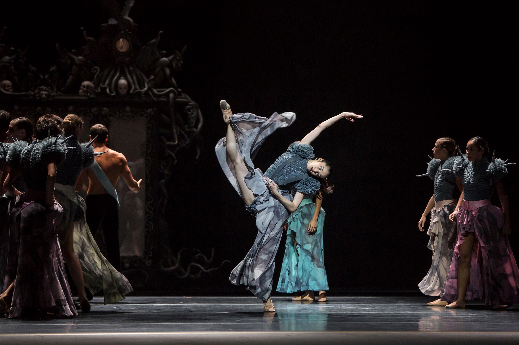 Ballet du Grand Théâtre de Genève, Casse-Noisette de Piotr Illitch Tchaïkovski, novembre 2014. Chorégraphie : Jeroen Verbruggen. Au centre : Sara Shigenari (Marie)