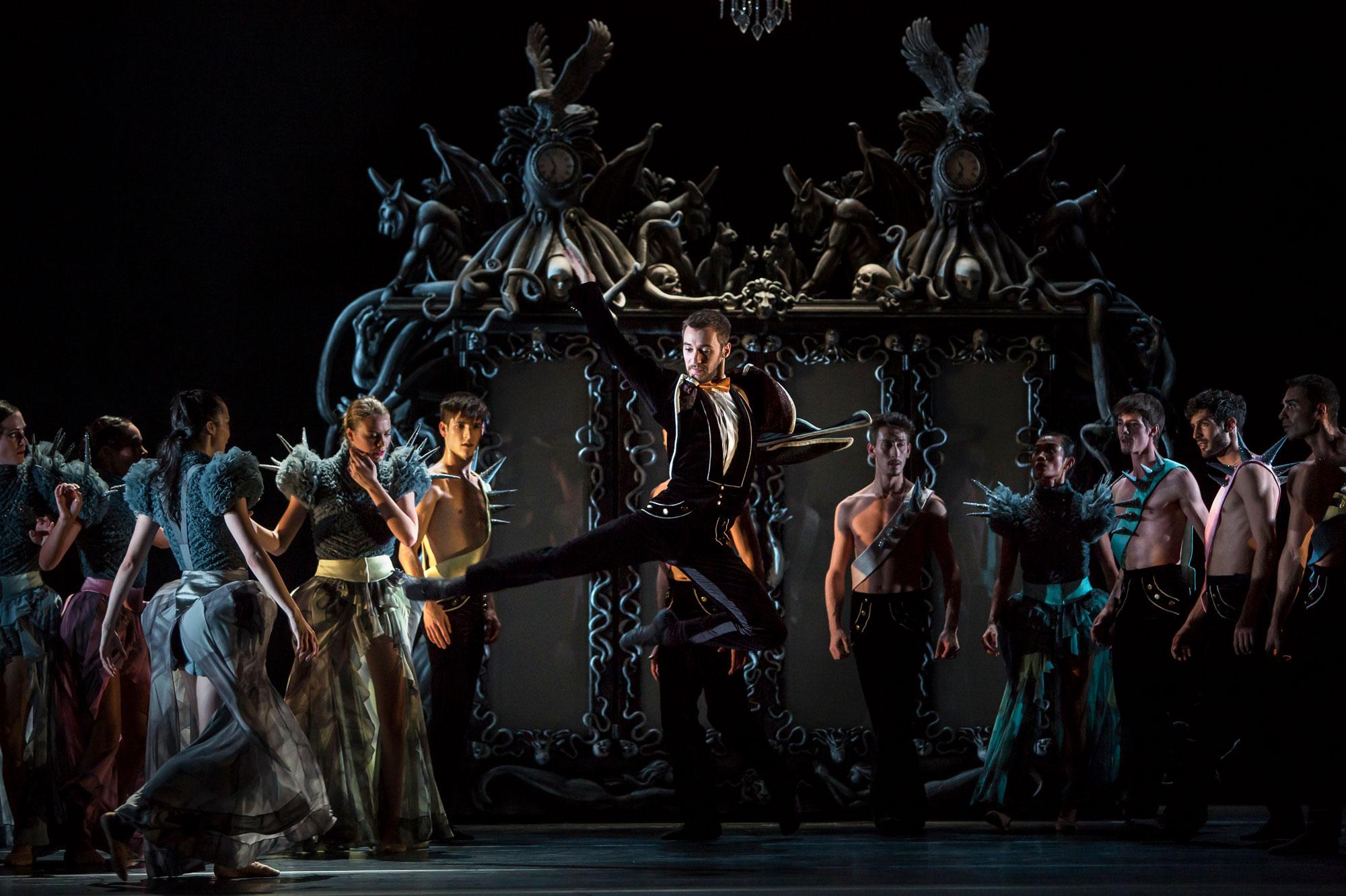 Ballet du Grand Théâtre de Genève, Casse-Noisette de Piotr Illitch Tchaïkovski, novembre 2014. Chorégraphie : Jeroen Verbruggen.  Au centre : Geoffrey Van Dyck (Drosselmeier)