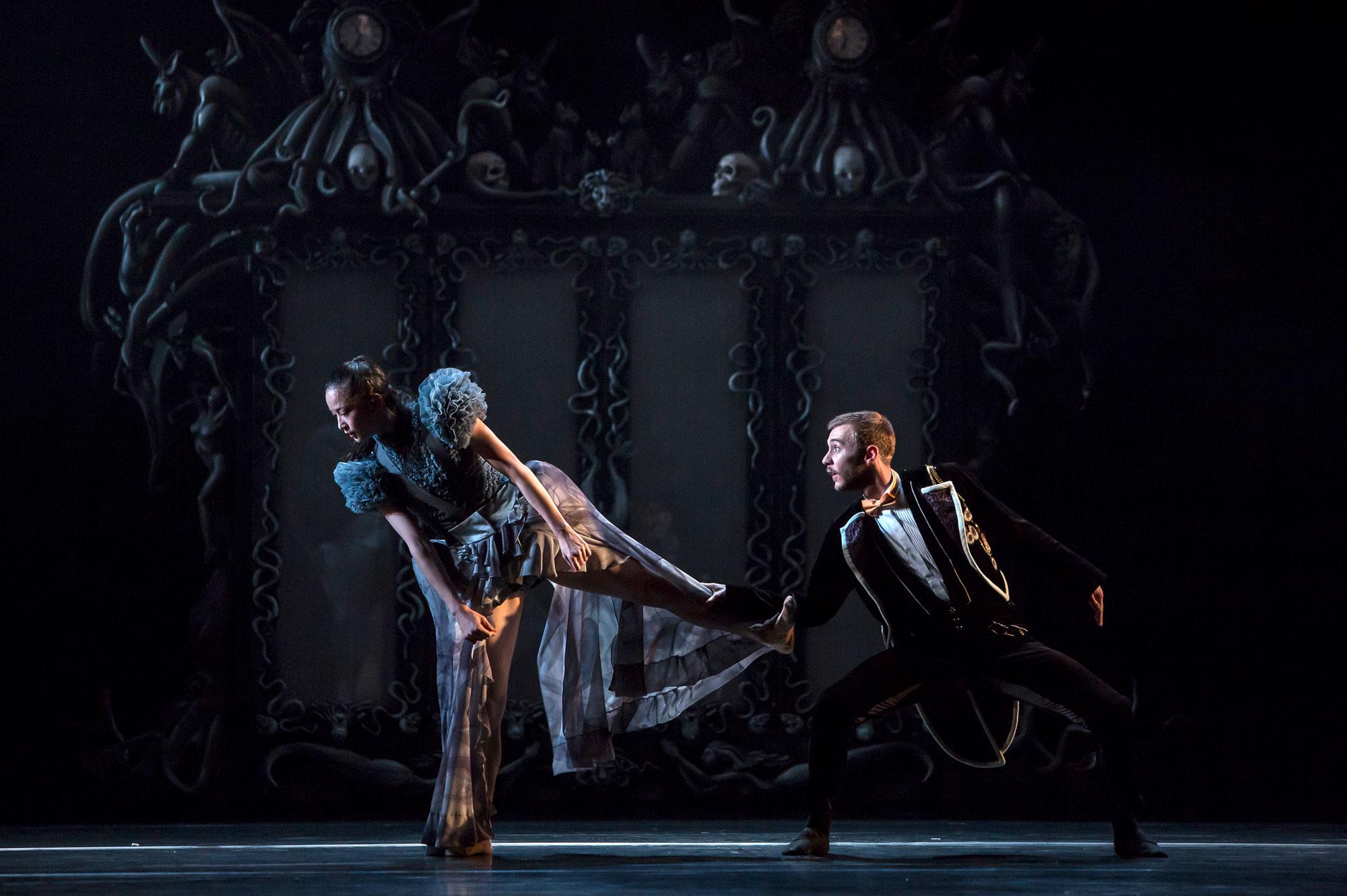 Ballet du Grand Théâtre de Genève, Casse-Noisette de Piotr Illitch Tchaïkovski, novembre 2014. Chorégraphie : Jeroen Verbruggen.  Sara Shigenari (Marie) et Geoffrey Van Dyck (Drosselmeier)